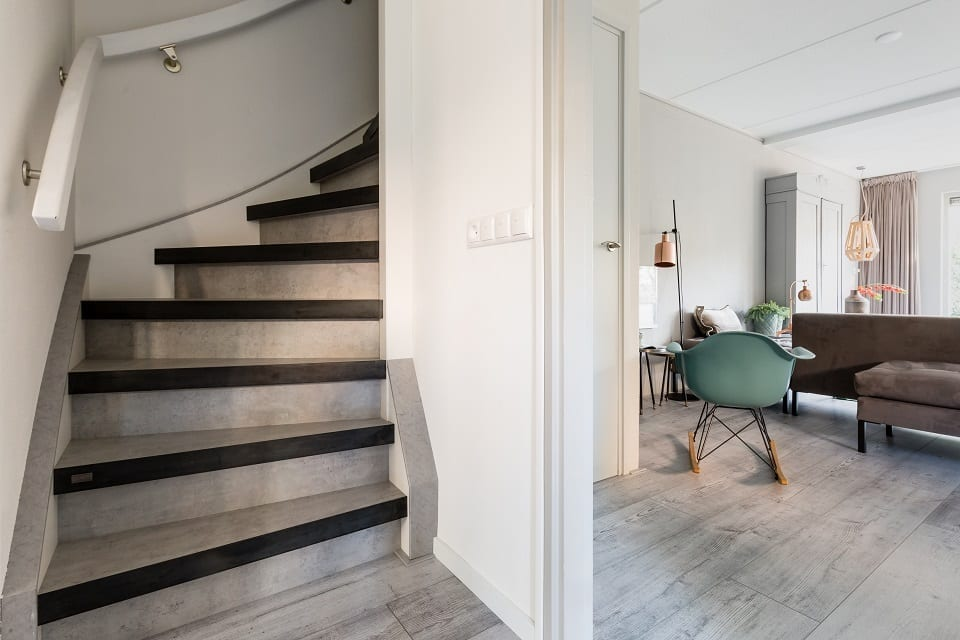 Metalen trappen traprenovatie upstairs - Moderne metalen trap ...