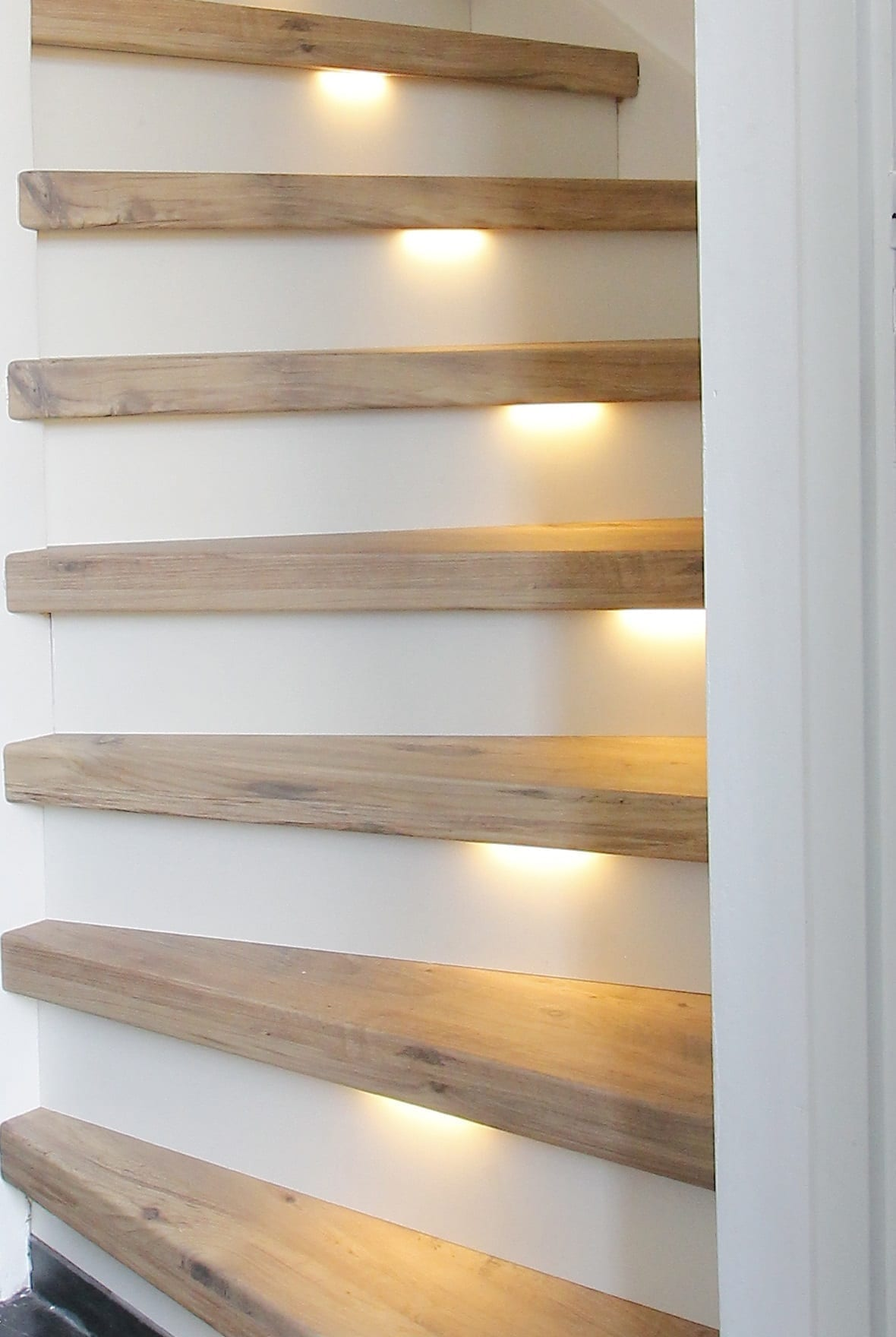 Trapverlichting: speciale LED-strips voor onder een smalle traprand